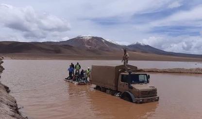 Militares rescatando
