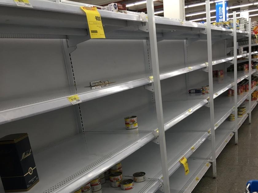 Así quedó una estantería del supermercado Lider del sector sur de Iquique.